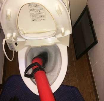 トイレ排水管のつまりを修理