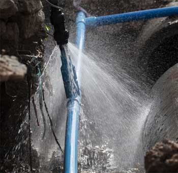 地面から水が出ている水もれ