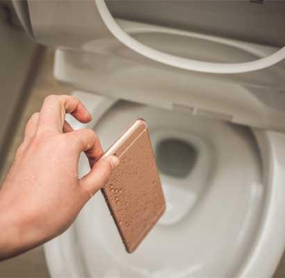 スマホをトイレに落とした場合は取り出す!