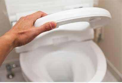 介護用パンツ、介護用オムツや尿取りバットが便器の排水口から見えている場合は、早めに取り出しましょう。