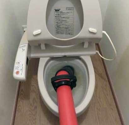手動の圧力式業務用ポンプでトイレつまりの解消