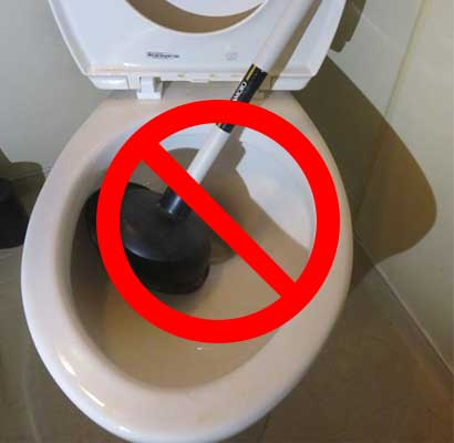 尿取りパットがトイレに詰まった場合は、ラバーカップを使用しない!
