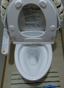 トイレットペーパーが詰まったトイレ