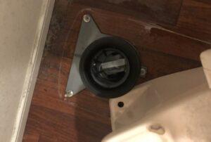 検尿カップ取り出すために外したトイレ便器