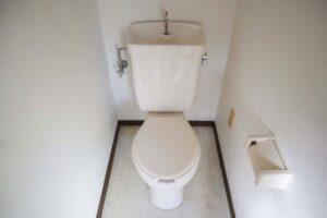 床に水漏れするトイレ